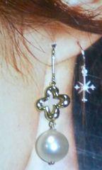 7.5mm本真珠&クローバーゆらゆらアメリカン方耳ピアス