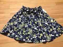 新品タグ付き★セシルマクビー★リボン付き花柄のフレアスカート