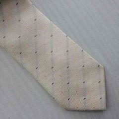 オフホワイト色ベースの楕円形ドット柄ネクタイ
