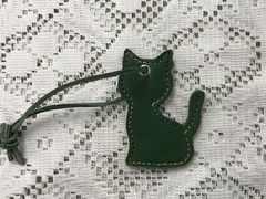 本革100% ハンドメイドねこチャーム全身横向(緑×レインボーステッチ)meowN-06