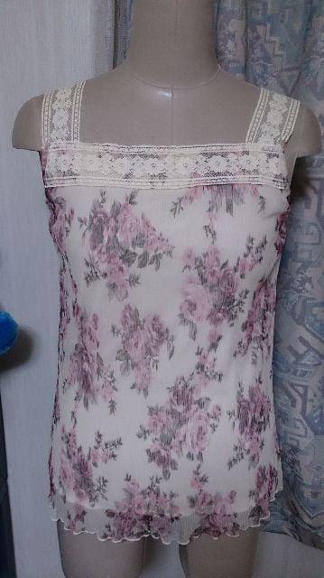 バラの花柄キャミソールとベージュラメの長袖の羽織ものセット < 女性ファッションの