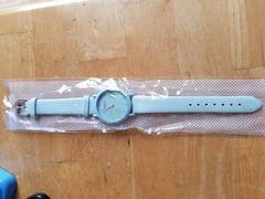 クローバーの水色の腕時計