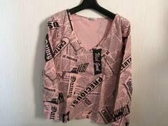 ピンク長袖Tシャツニュースペーパー柄VネックロンT