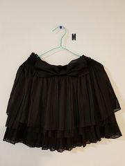 黒フリルにリボンのスカート