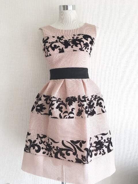 RINASCIMENTOベビーピンク黒ダマスクフラワーフレアドレスワンピ  < 女性ファッションの
