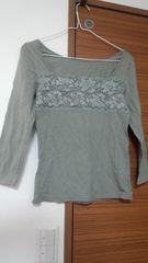 胸元のレ-スがアクセントのカ-キTシャツ