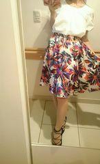 リトルニューヨーク 色鮮やかな花柄スカート
