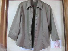 濃いベージュの七分丈の服