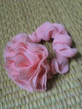 新品☆フラワーコサージュ付き☆シュシュ*サーモンピンク色
