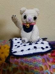 手編みのあみぐるみ、招き猫、座布団付き