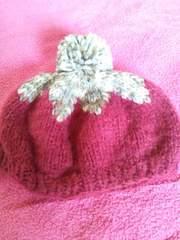 ワイン色×グレー系ボンボリの可愛いニット帽子