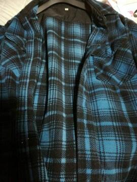 青色の長袖チェックシャツ